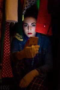 blogerka modowa siedzi w szafie pełnej ubrać