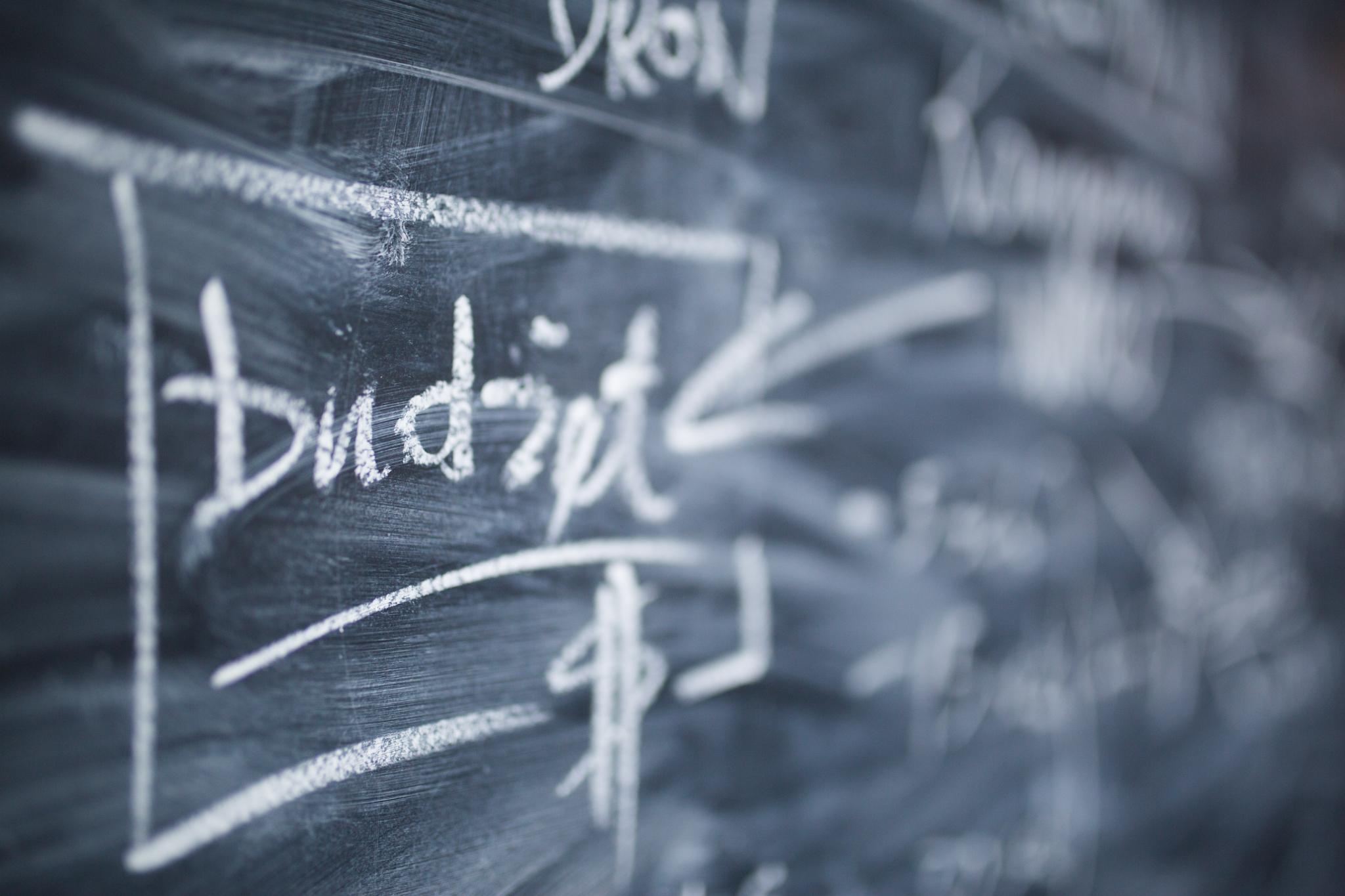 biały napis kredą na tablicy o briefie kreatywnym i wycenie produkcji filmowej